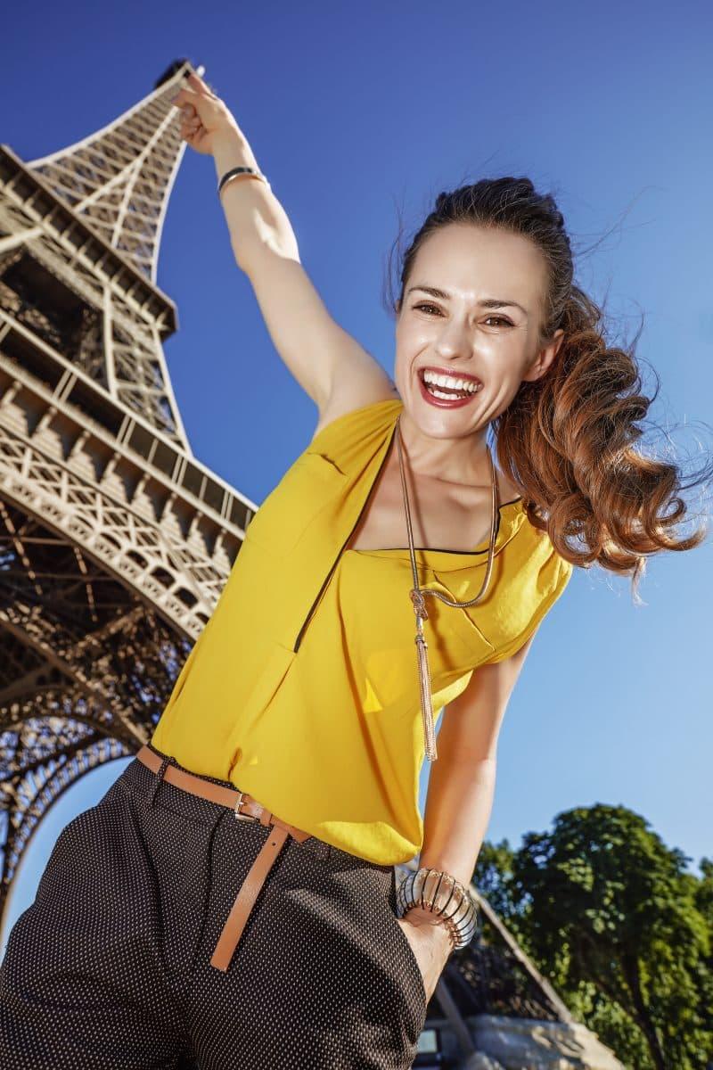 Vrouw raakt de Eiffeltoren aan