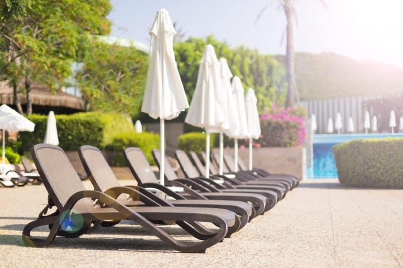 Ligbedden bij een zwembad in de zomer