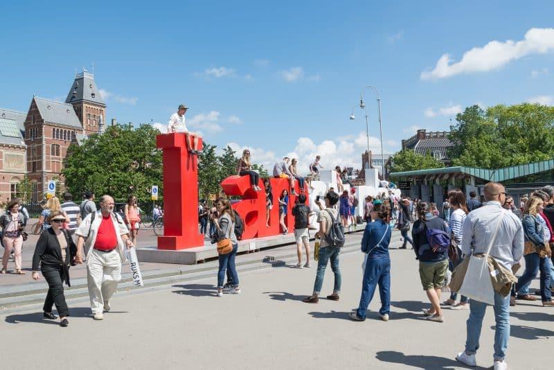 Zitten op het I Amsterdam kunstwerk