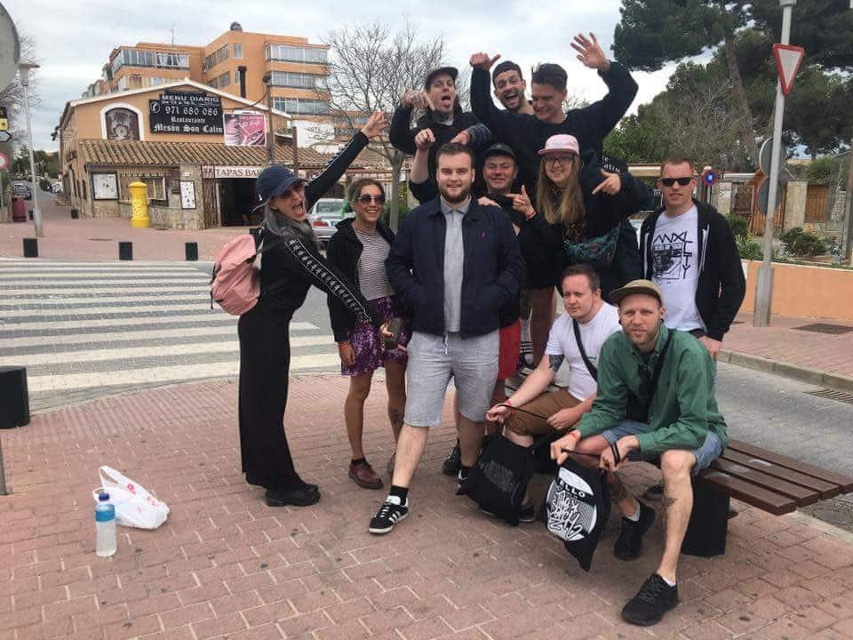 Joe McGrath met zijn nieuwe vriendengroep