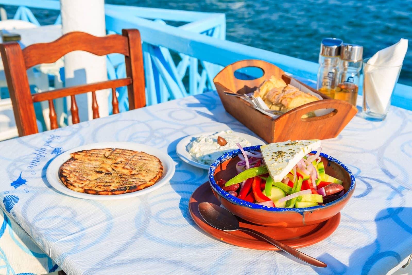 Maaltijd op een tafeltje bij een restaurant aan zee